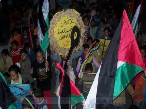 بمناسبة يوم الأرض … مسيرة شموع لأطفال مخيم النصيرات تطالب بالوحدة الوطنية